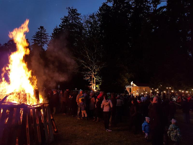 Die Besucher der Aichelberger Waldweihnacht versammeln sich ums wärmende Feuer