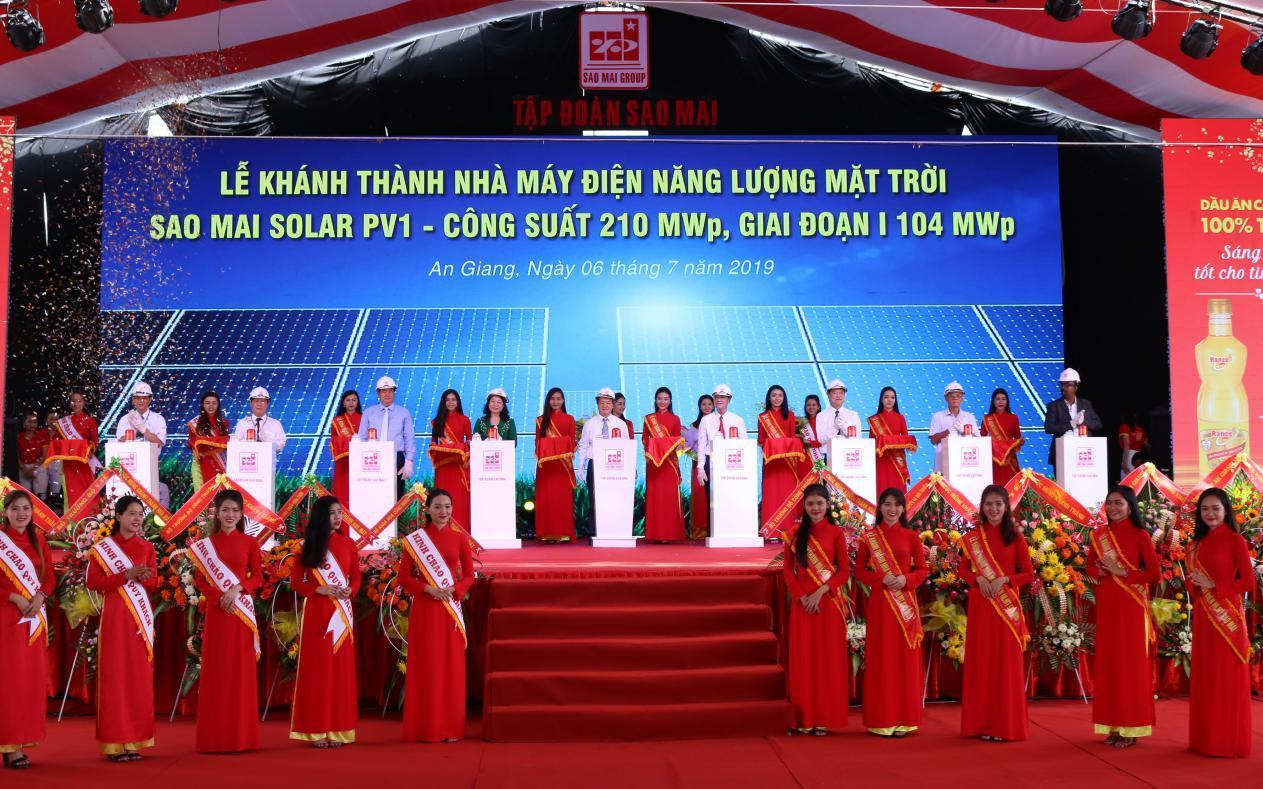 3. Lãnh đạo các Bộ ngành Trung ương và địa phương cùng bấm nút khánh thành Sao Mai Solar PV1.