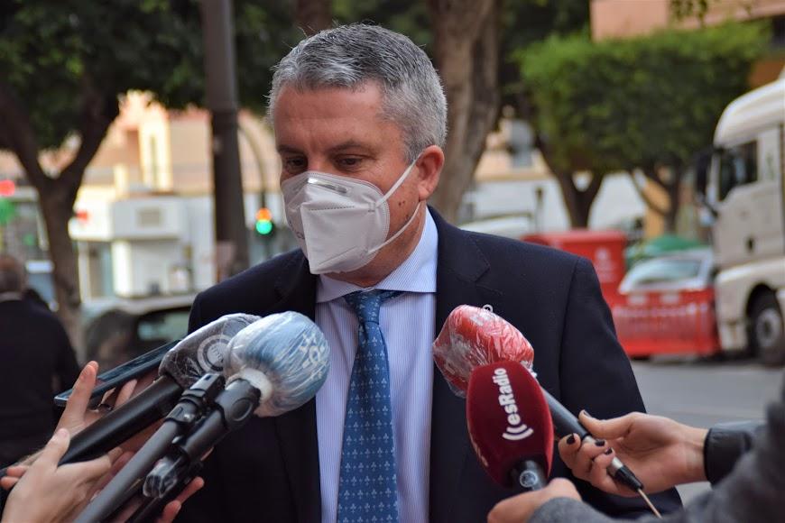 Juan de la Cruz Belmonte, delegado de Salud, explica cómo funciona el cribado de población en Almería.