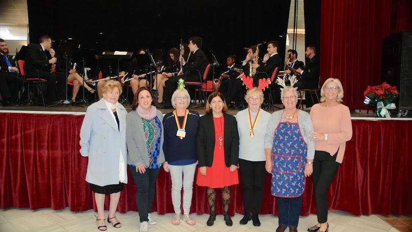 La alcaldesa de Mojácar (centro) con las miembros de 'Damas de España'.