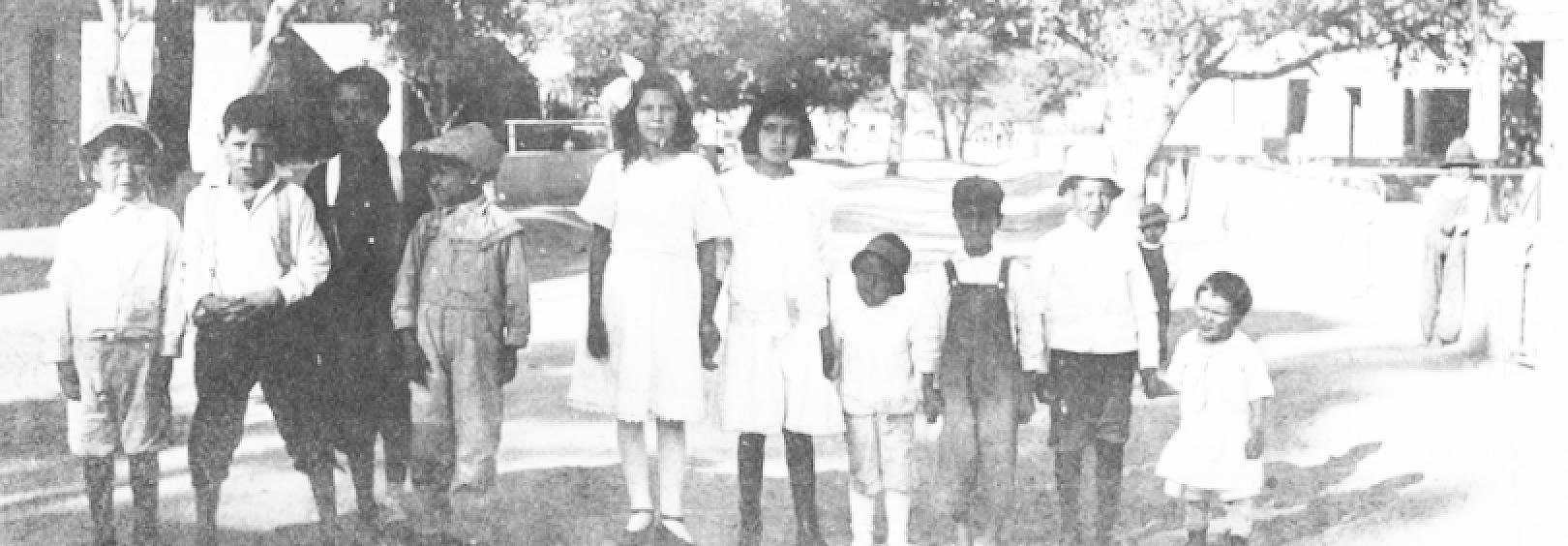 Photo: New Mexico children, (by L. Cunningham, 1917, public domain).