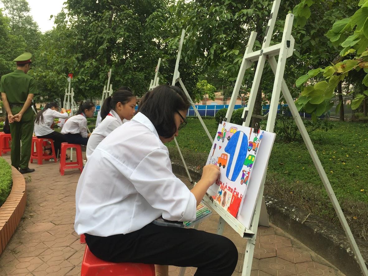 Học sinh vẽ tuyên truyền đảm bảo trật tự ATGT trên địa bàn tỉnh Nghệ An