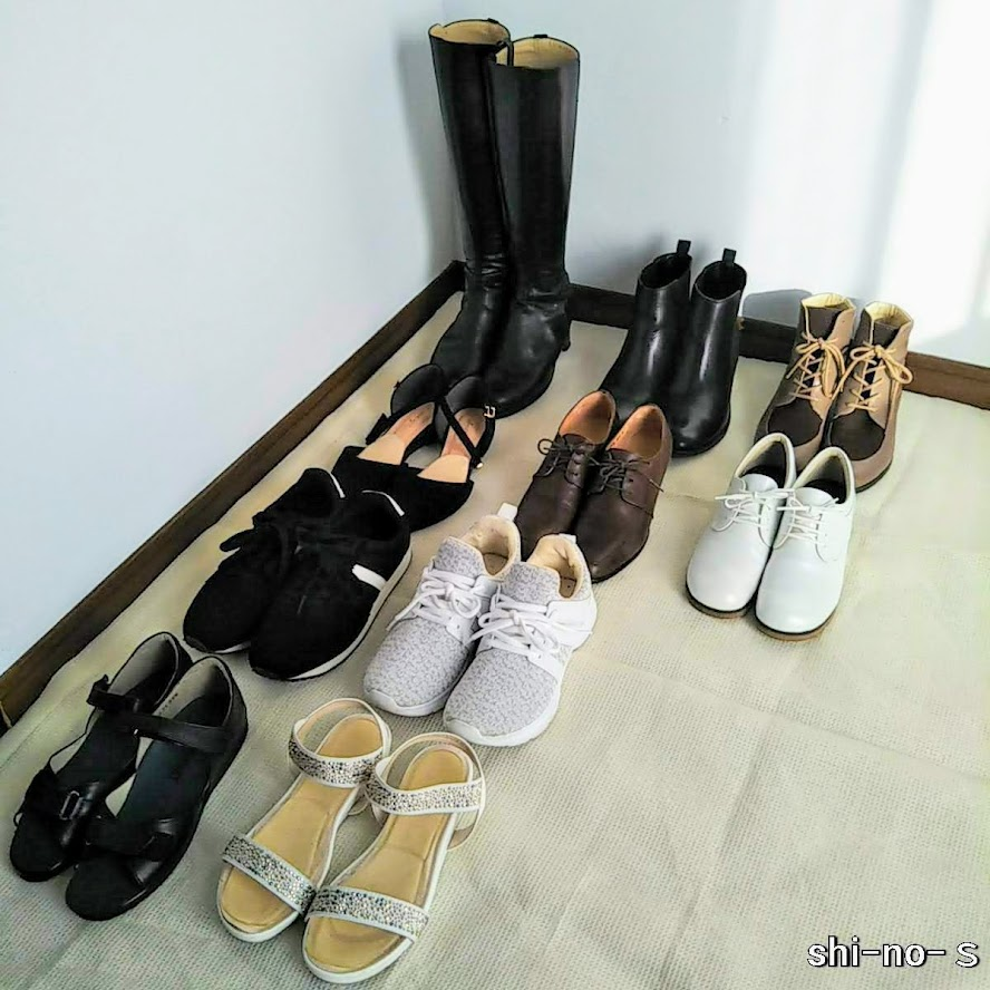持っている靴10足が、床に並んでいる
