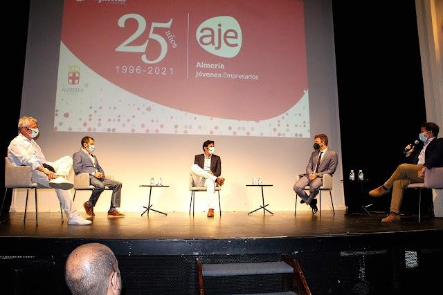 Fundador y expresidentes de AJE Almería junto al expresidente, periodista y moderador de la ponencia.