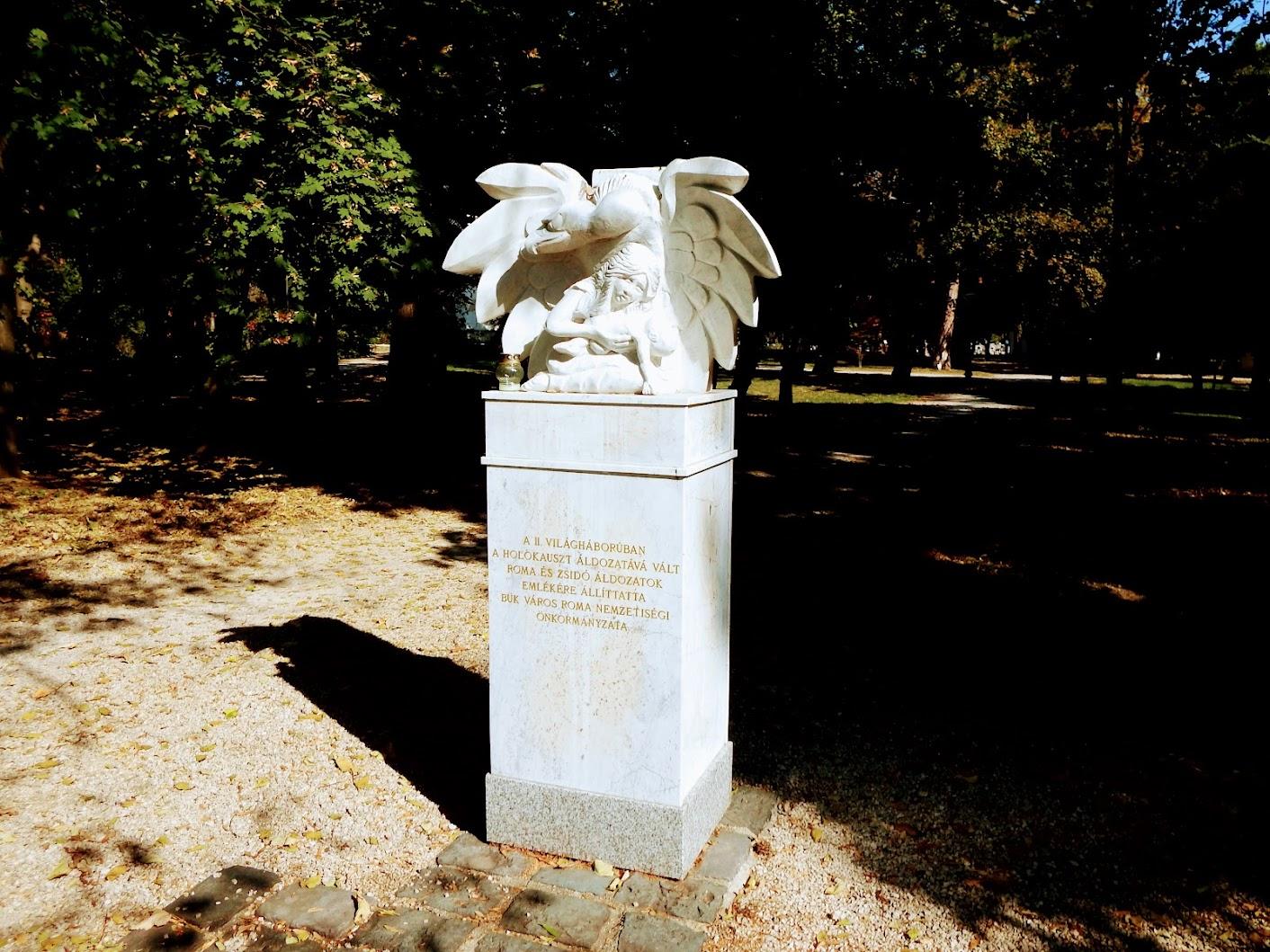 Bük - A roma holokauszt áldozatainak emlékműve a templomkertben