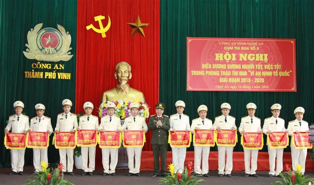 Đồng chí Thượng tá Nguyễn Văn Hùng, Trưởng phòng PX03 trao thưởng cho các cá nhân, tập thể đạt thành tích xuất sắc trong Cụm thi đua số 5.
