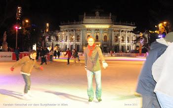 Photo: Karsten Henschel vor dem Burgtheater in Wien
