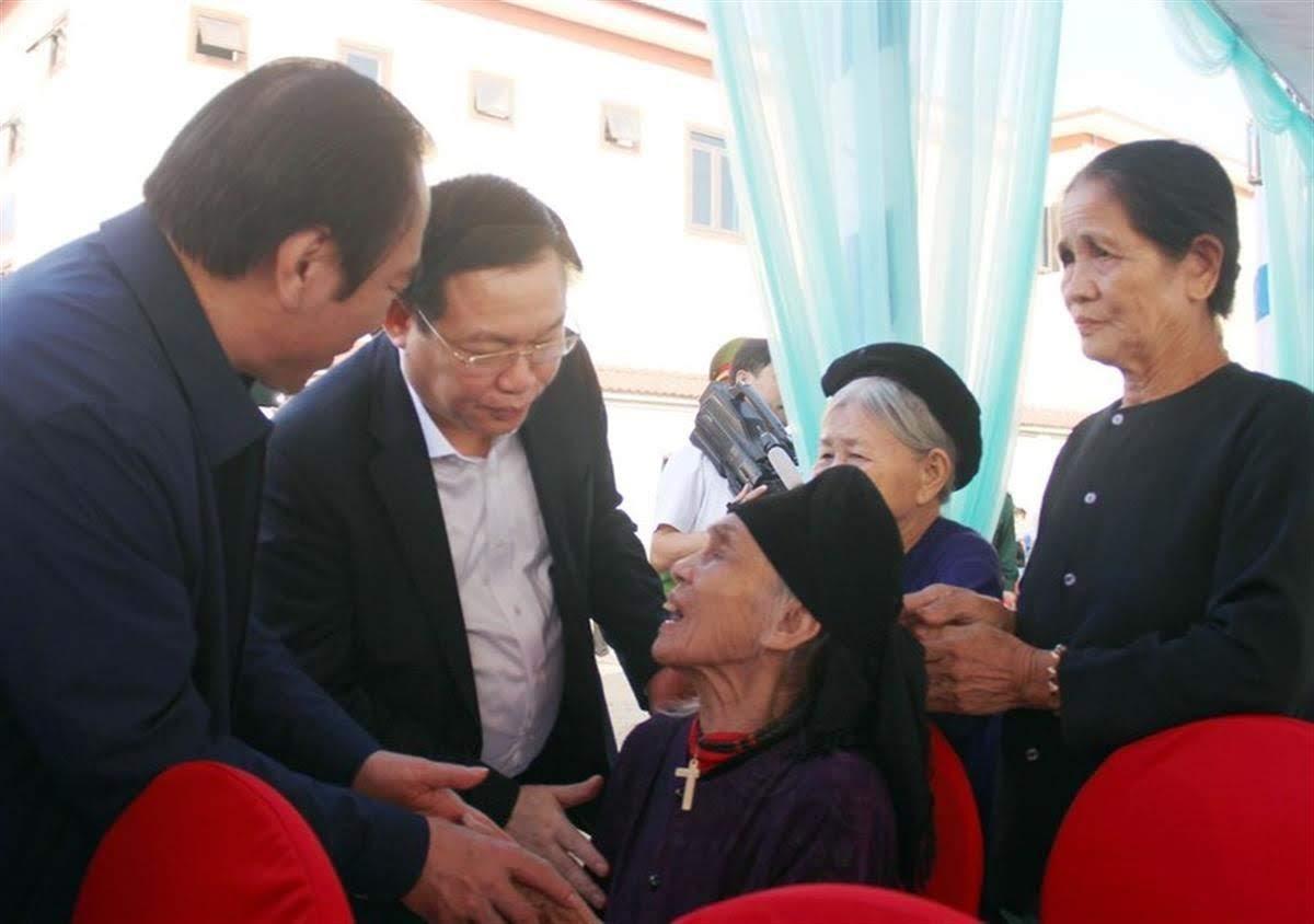 Phó Thủ tướng Vương Đình Huệ thăm hỏi bà con trên địa bàn               xóm Tân Lập 1, xã Nghi Quang, huyện Nghi Lộc
