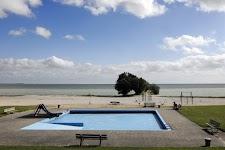 zwembad naast de Waddenzee
