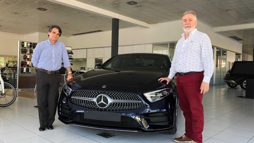 Juanjo Fernández con Juan Antonio Almansa en el concesionario Mercedes.