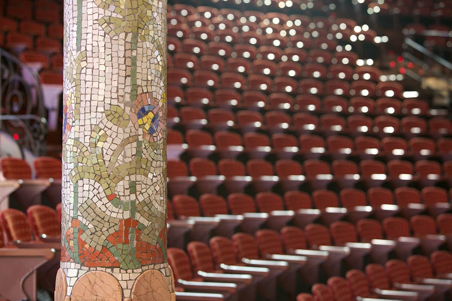 2015 asientos tiene la Gran Sala de Conciertos del Palau de la Música Catalana. Todos estuvieron ocupados durante la presentación de la Orquesta Sinfónica Simón Bolívar de Venezuela.