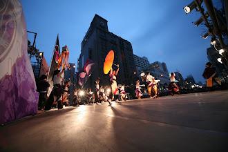 Photo: 2013年に行われた「第13回 浜松 がんこ祭」の写真です。がんこ祭は楽器の街浜松ならではの全国でも唯一「楽器を持って踊ること」のルールの元に、全国から約4500人の参加者と観客10万人が集まる毎年三月に行われるお祭りです。 ■ヤマハ前会場  「浜松 がんこ祭 公式ホームページ」 http://www.ganko-matsuri.com/  2014年は3月15日(土)16日(日)と二日間開催されます。100を越えるチームが優勝を目指し、元気溢れる踊りを披露し、16日の浜松中心街において表彰される最優秀チームの栄誉を目指して競い合います。  ※ photo 「zeki」  http://zeki72.exblog.jp/ direct 「株式会社マツヤマデザイン」 http://www.md-f.jp/