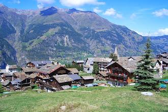 Photo: Oberhalb Grächen mit Sicht aufs Dorf