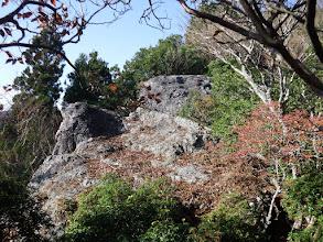 稜線沿いに岩場が現れる