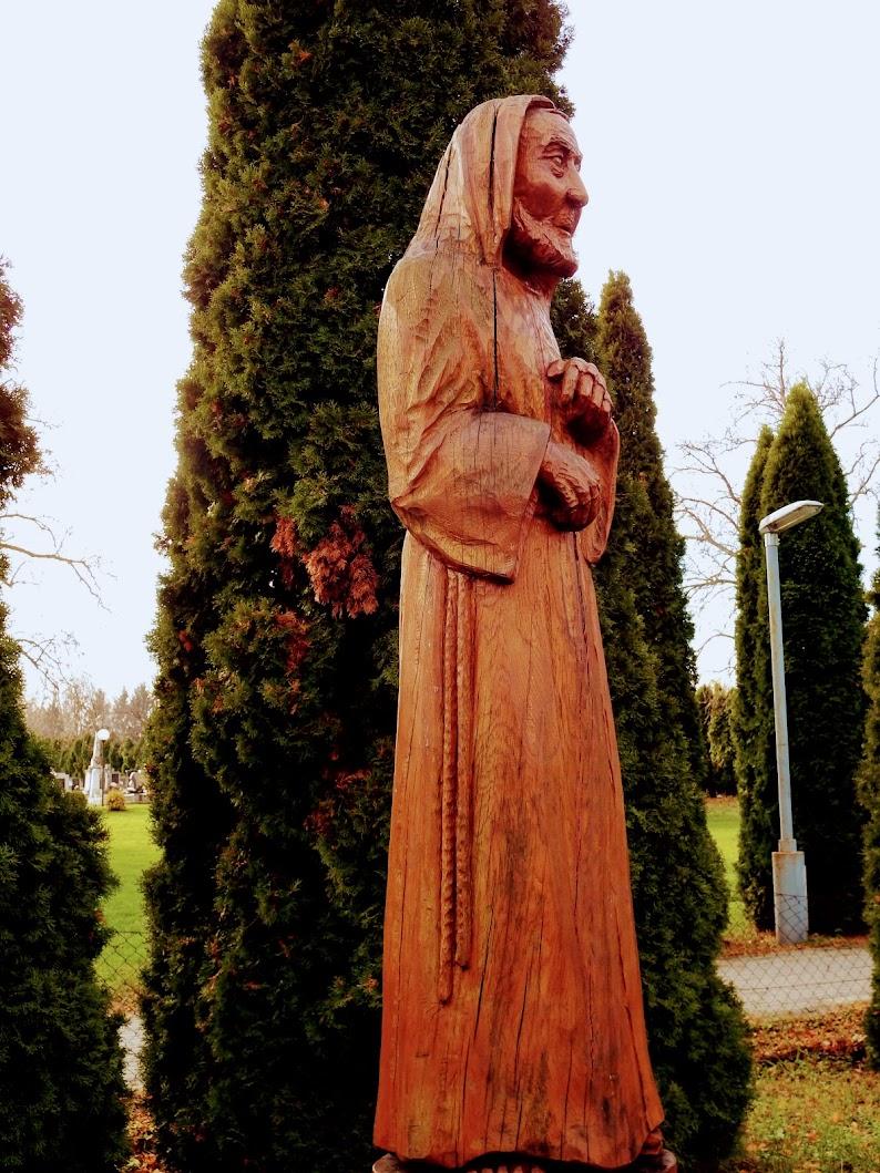 Vasszécseny - Pió atya szobra a plébániakertben