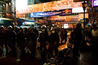 Photo: 10 kwietnia, khao san road, blokada wojska odcinajaca od walk