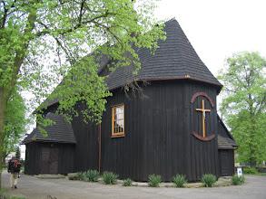 Photo: Drewniany, jednonawowy kościół z końca XVIII w., wybudowany przez cieślę Johana Adama. Posiada czworoboczną wieżyczkę na sygnaturkę zwieńczoną blaszanym hełmem.  Przy świątyni stoi drewniana dzwonnica z końca XVIII w.