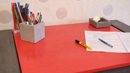 Envie de faire soi-même sa déco?! C'est possible avec la Box Déco, plateau de bureau réalisé en béton ciré