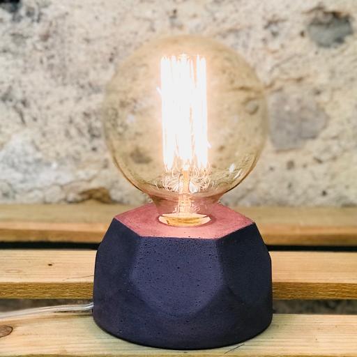 Lampe design en béton violet avec son ampoule à filament