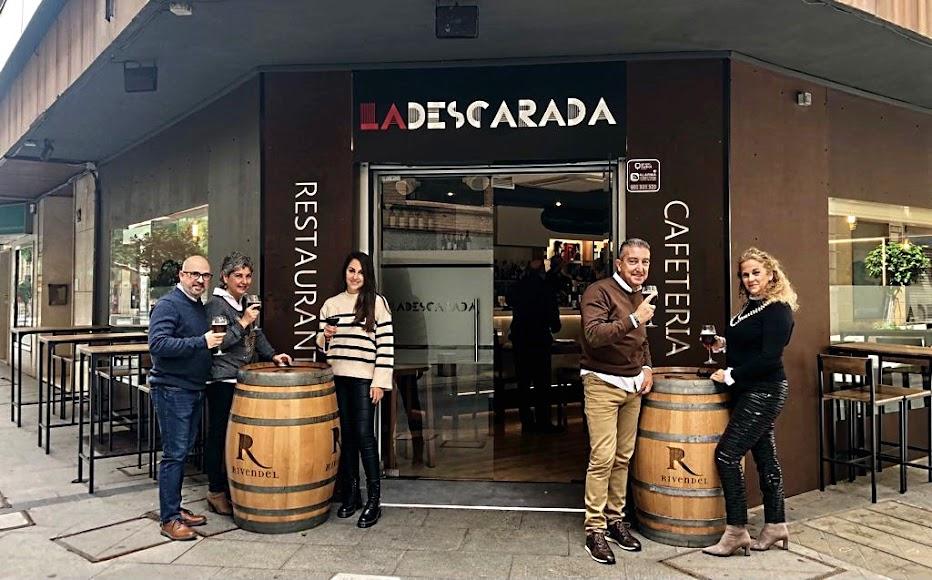 Almerienses disfrutando en la terraza del restaurante-cafetería La Descarada, en calle General Tamayo.