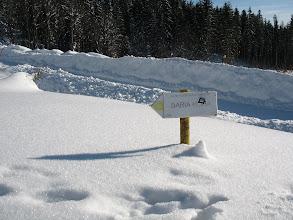 Photo: 14.Tu właśnie odchodzi żółty szlak na Babią górę. Przy dużym śniegu jest słabo widoczny z drogi.