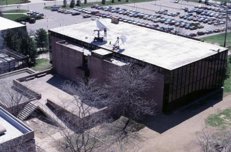 Photo: Computing Center Building, 1986, North Campus, University of Michigan, Ann Arbor, Michigan, USA (USAN and UCSDnet satellite antennas on the roof)