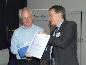 Photo: Dr. Peter Müller, Vorstand der Stiftung Gesundheit, übergab den Publizistikpreis 2012 an den Journalisten und Buchautor Walter Schmidt.