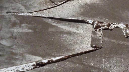 chantier-dembellissement-renovation-dun-sol-en-beton-cire-4eme-etape-lissage-application-de-lenduit-en-beton-cire-les-betons-de-clara.jpg