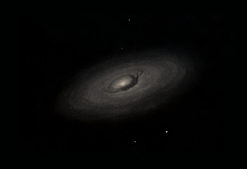 Photo: M64, la galaxie de l'oeil noir, vue au CAV le 8 avril 2011 par très bonne transparence. T406 à 195X (Nagler 9). A remarquer, les spires subtiles dans le halo et la fameuse virgule sombre qui se termine à droite en trois chenaux sombres.