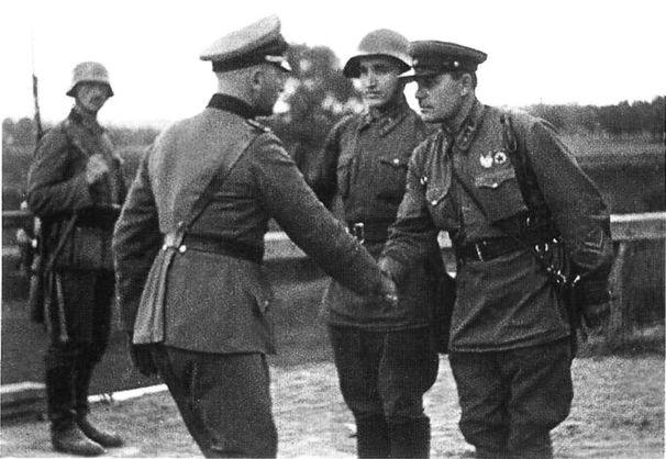 Немецкий и советский офицеры пожимают руки