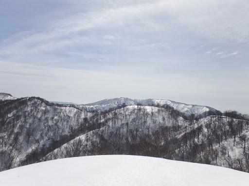 遠くに横山岳