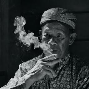 Pak Indan Smokie by Naising Bega - Black & White Portraits & People ( smokie, black & white, smoker, java )