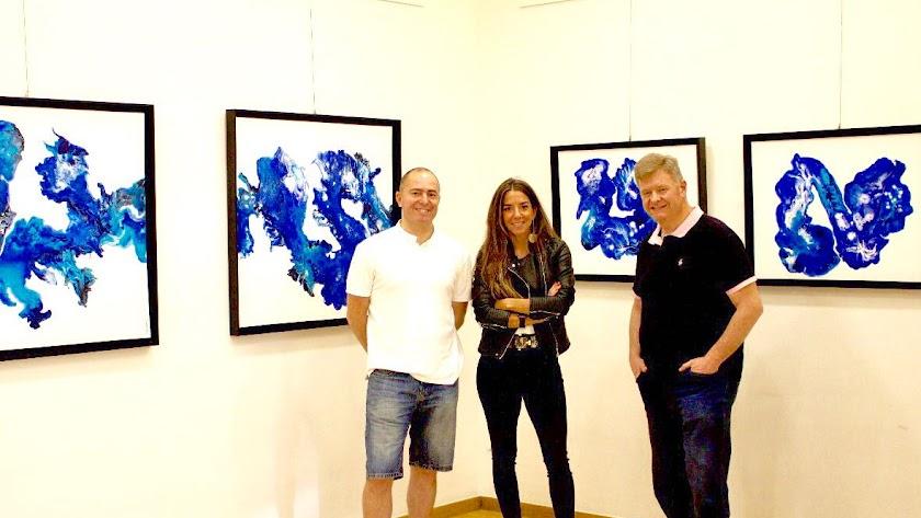 Ingrid Haubrich junto a Trino Tortosa hijo y personal de la galería.