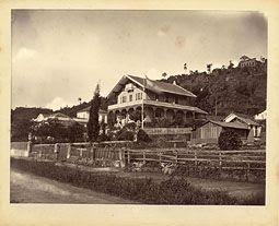 Photo: Chalé localizado na Praça da Liberdade, ao lado da casa da família Franklin Sampaio, à esquerda. Atualmente aí existe um edifício residencial. Foto da década de 1870