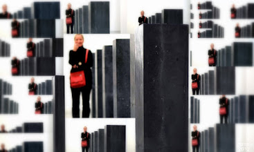 Photo: Collage mit Stelen und der Farbe rot