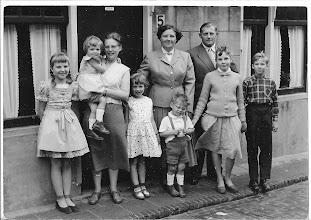Photo: 1957: Links de badgasten uit Duitsland, die ieder jaar weer terug kwamen bij de familie. Ze waren gek op  kinderen 'mijn oom en tante' ze bleven zelf kinderloos wat haar erg opstandig heeft gemaakt, dolgraag hadden ze kinderen gewild. Door het gemis was zij niet altijd even prettig om mee om te gaan. Rechts mijn nicht en neef de neefjes en nichtjes kwamen er graag, ze waren altijd lief voor ons. Als ze hun huis verhuurde verbleven ze zelf achter hun woning, daar stond een grote schuur die ze hadden verbouwd als zomerwoning, om zo de zomer maanden door te brengen, ik vond het er wel gezellig. Later werden in Egmond huizen gebouwd met  zomerwoningen.