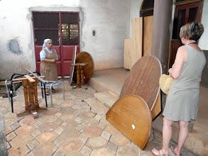 Photo: soeur Assunta est satisfaite de recevoir nos solides tables...