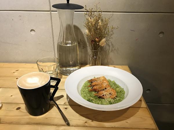 第一次來這邊吃飯 青醬燉飯很好吃 裡面的蝦仁是用完整的一隻蝦 吃起來感覺是用炸的 但是不會很油 飲料是鮮奶油 而且不限時間 想吃中午或是下午茶推薦來這邊用餐
