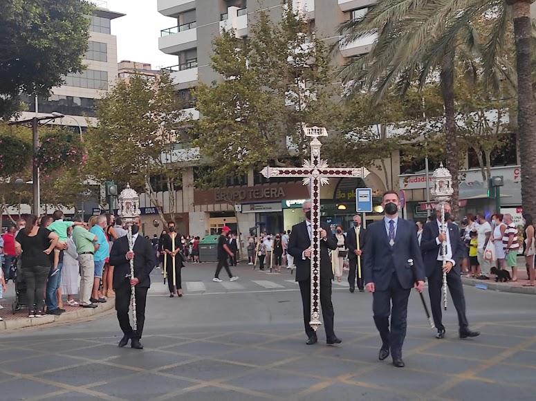 La cruz guía de la Hermandad de Pasión, cruzando la Rambla.