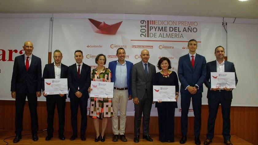 Galardonados con el presidente de la Cámara, Banco Santander y La Voz.
