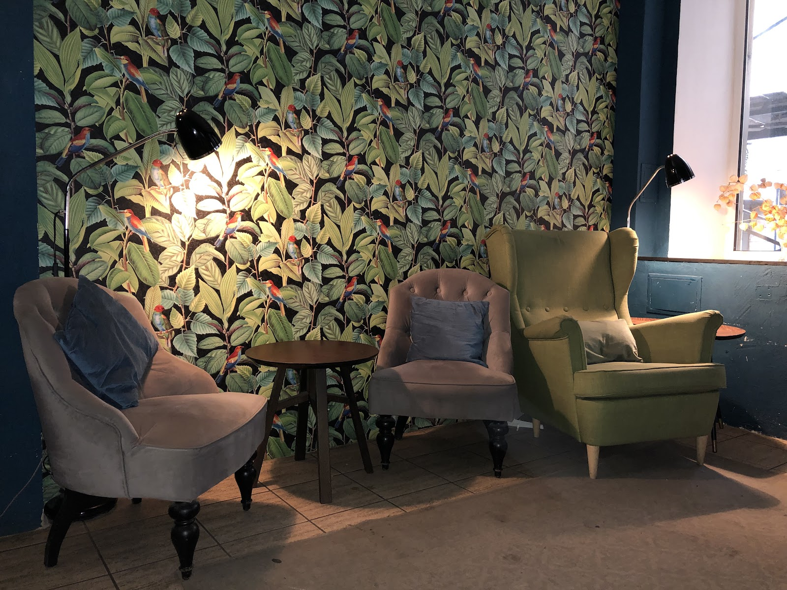 Кресла в интерьере кофейни