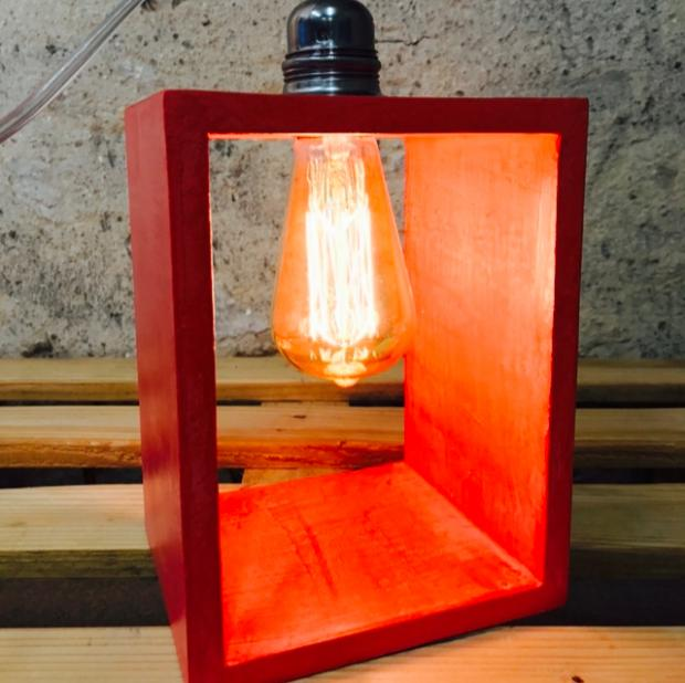 lampe à poser en béton rouge