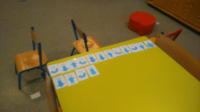 Photo: Les cartes de programmation. Pour contourner une chaise, il faut penser à décomposer l'action en plusieurs étapes.