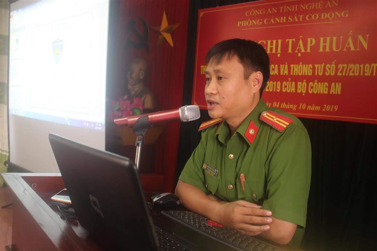 Thiếu tá Nguyễn Văn Hải – Phó trưởng phòng CSCĐ truyền tải các nội dung tập huấn đến CBCS
