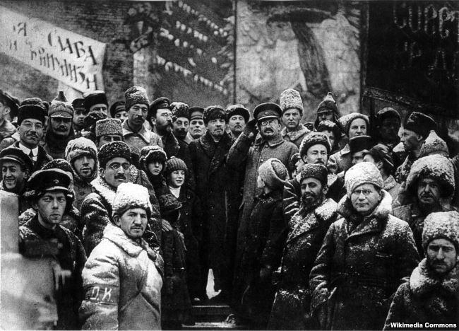 Каменев, Ленин и Троцкий на Красной площади во время празднования второй годовщины Октябрьского переворота