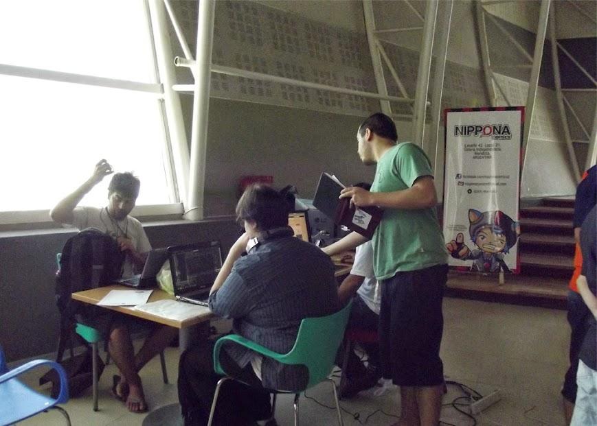Algunos de los participantes de la GGJ Mendoza, ordenando su espacio de trabajo.