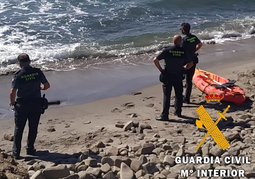 Los Buzos de la Guardia Civil se lanzaron al mar.