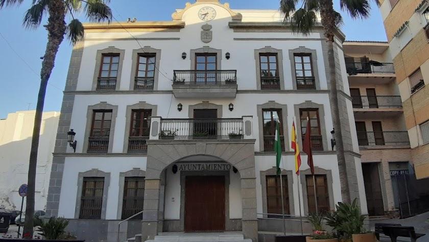 El Ayuntamiento de Adra sigue ofreciendo asistencia pero de forma telemática.