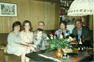 Photo: Od lewej Marianna Wittek, córka Beate i wnuk Marion od Hiltrud Rasenecker geb. Wittek, Karol Rezner, Hiltrud Rasenecker - siostrzenica Henryka Mullera i jej mąż Helmut Rasenecker. W tle obraz dworu w Kornowacu.