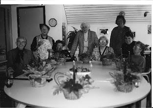 Photo: 1997:  Hier waren de dames en heer klaar met hun kerststukjes. Mijn moeder in het midden genoot ook  altijd van het kerstdiner, ze kon zich er enorm op verheugen, ze hadden er zo veel zorg aan besteed of je in een heel goed restaurant had gegeten. De gezelligheid en hartelijkheid die ze van alle medewerkers had ondervonden, deden haar heel veel goed.
